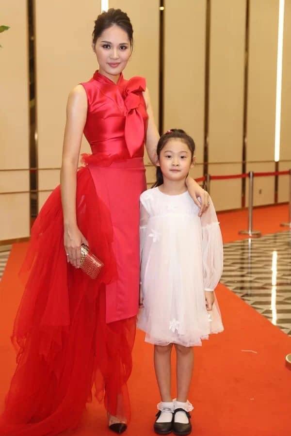 Nhã Phương tự dìm hàng với chiếc đầm lưng dài hơn chân - Phạm Quỳnh Anh mặc váy ngủ đi sự kiện-6