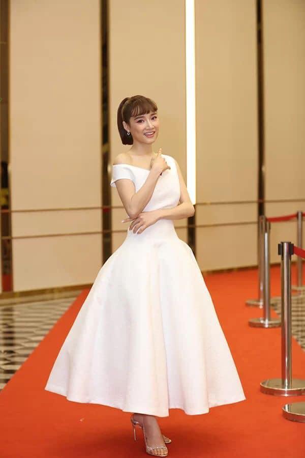Nhã Phương tự dìm hàng với chiếc đầm lưng dài hơn chân - Phạm Quỳnh Anh mặc váy ngủ đi sự kiện-2