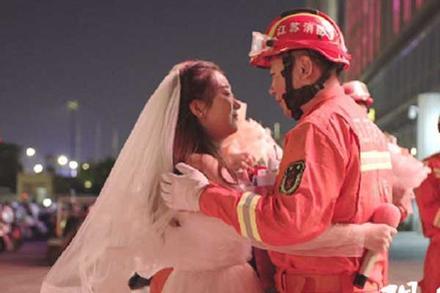 Nàng y tá lái xe hơn 400km đến cầu hôn chàng lính cứu hỏa lay động trái tim cộng đồng mạng