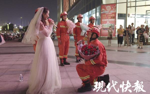 Nàng y tá lái xe hơn 400km đến cầu hôn chàng lính cứu hỏa lay động trái tim cộng đồng mạng-3