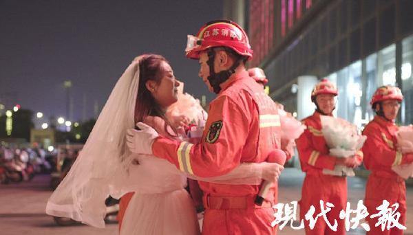 Nàng y tá lái xe hơn 400km đến cầu hôn chàng lính cứu hỏa lay động trái tim cộng đồng mạng-4