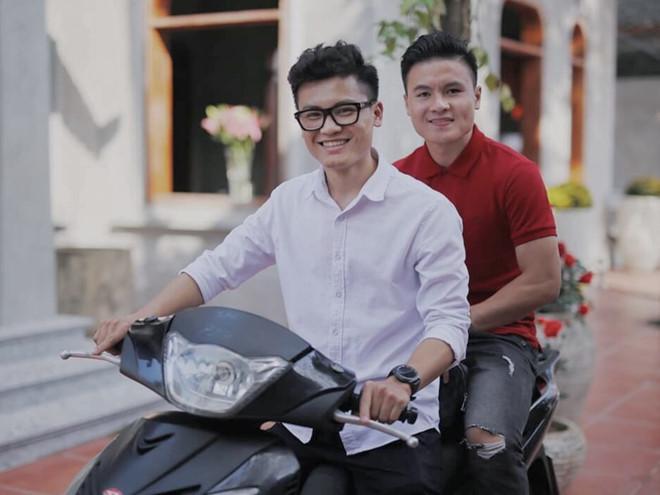 Anh trai Quang Hải làm thợ xăm, em Văn Lâm body 6 múi giống anh-4