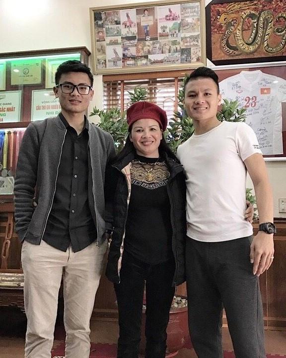 Anh trai Quang Hải làm thợ xăm, em Văn Lâm body 6 múi giống anh-5
