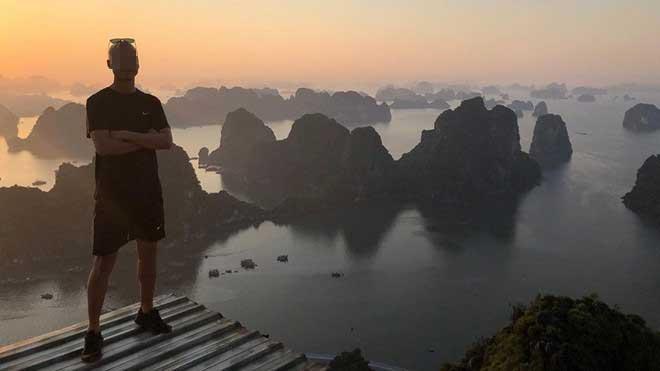 Du khách phá rào leo núi Bài Thơ bất chấp lệnh cấm ở Quảng Ninh-1