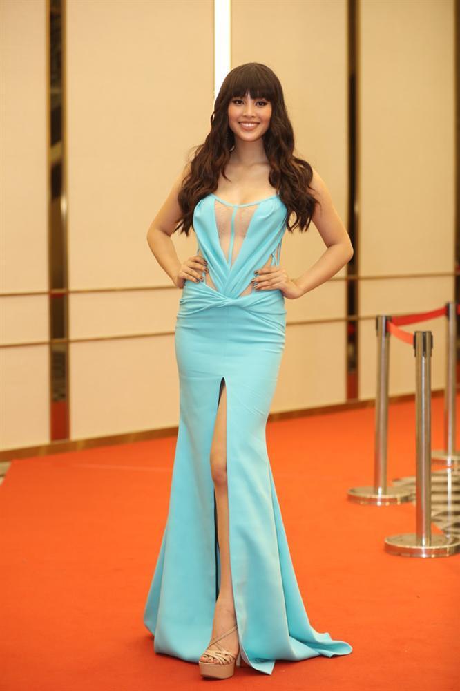 Mặc sai quá sai, hoa hậu Trần Tiểu Vy bị nhận xét giống hệt Phi Thanh Vân - Phương Vy Idol-1
