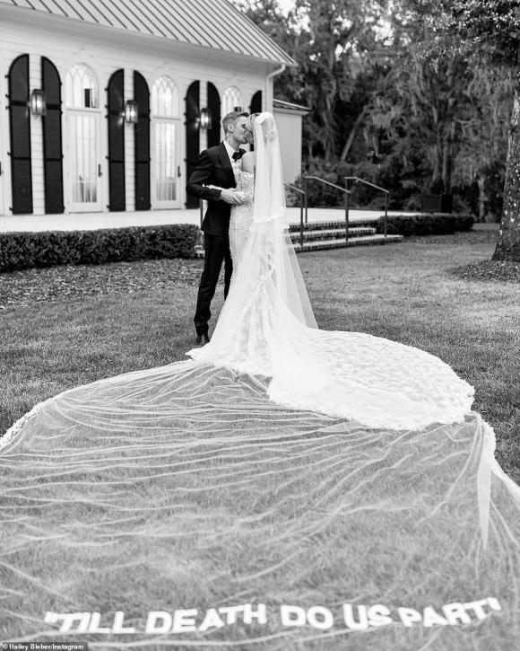 Một tuần sau đám cưới thế kỷ, dân tình mới được ngắm chiếc váy cưới siêu lộng lẫy của bà xã Justin Bieber-2