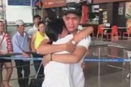Xúc động nhìn cặp đôi yêu xa ôm hôn nhau khóc cạn nước mắt ngày chia tay