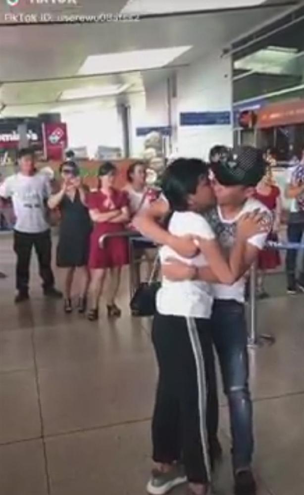 Xúc động nhìn cặp đôi yêu xa ôm hôn nhau khóc cạn nước mắt ngày chia tay-2