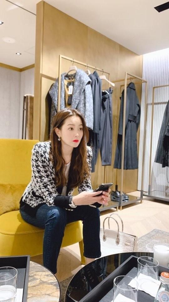 Đệ nhất mỹ nhân Hàn Kim Hee Sun khoe khéo túi da cá sấu bạch tạng quý hiếm như Kylie Jenner-2