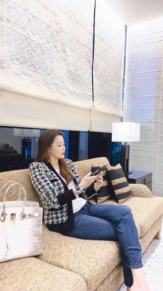 Đệ nhất mỹ nhân Hàn Kim Hee Sun khoe khéo túi da cá sấu bạch tạng quý hiếm như Kylie Jenner-3