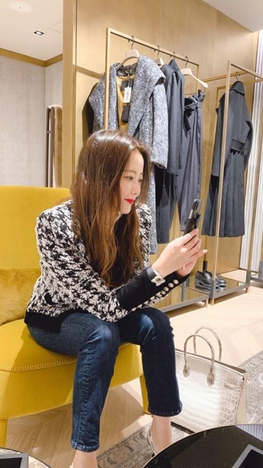Đệ nhất mỹ nhân Hàn Kim Hee Sun khoe khéo túi da cá sấu bạch tạng quý hiếm như Kylie Jenner-1