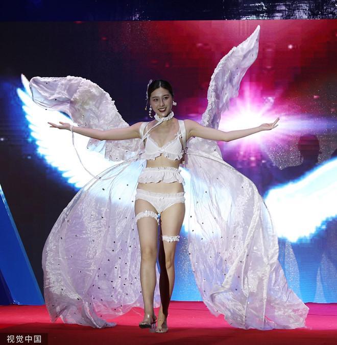Dàn mẫu mặc bikini kết hợp áo truyền thống Trung Quốc bị chỉ trích-1
