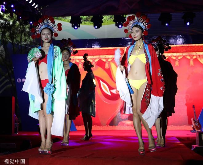 Dàn mẫu mặc bikini kết hợp áo truyền thống Trung Quốc bị chỉ trích-2