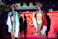 Dàn mẫu mặc bikini kết hợp áo truyền thống Trung Quốc bị chỉ trích