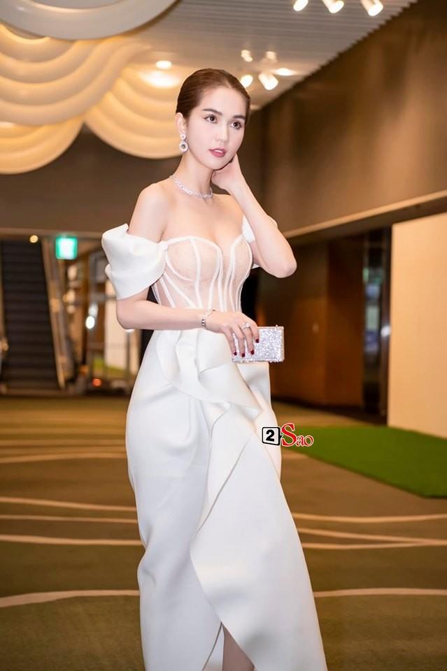 Ngọc Trinh nửa kín nửa hở với corset xuyên thấu quấn khăn, gợi nhớ bộ đồ thị phi từng mặc ở Cannes-1