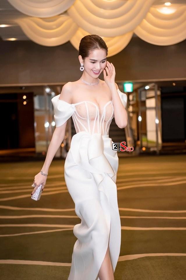 Ngọc Trinh nửa kín nửa hở với corset xuyên thấu quấn khăn, gợi nhớ bộ đồ thị phi từng mặc ở Cannes-3