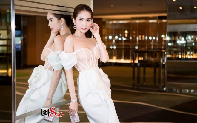 Ngọc Trinh nửa kín nửa hở với corset xuyên thấu quấn khăn, gợi nhớ bộ đồ thị phi từng mặc ở Cannes-4