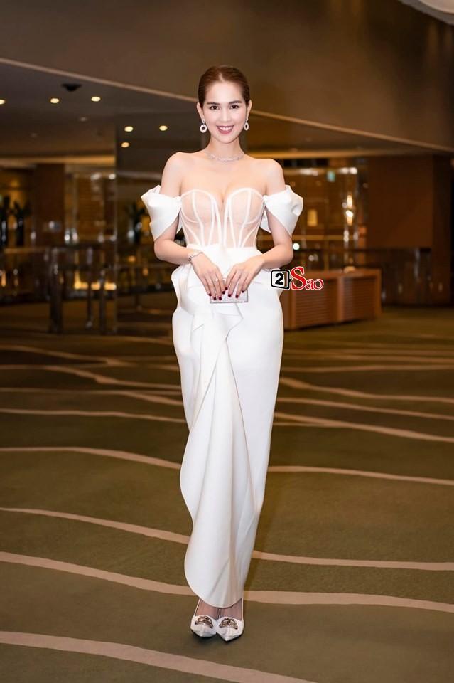 Ngọc Trinh nửa kín nửa hở với corset xuyên thấu quấn khăn, gợi nhớ bộ đồ thị phi từng mặc ở Cannes-5