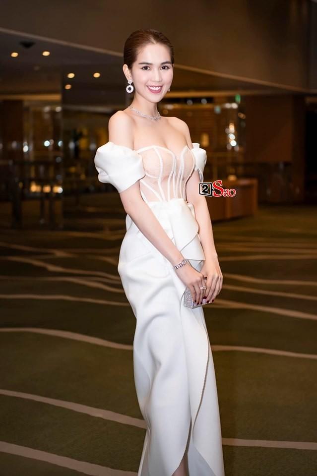 Ngọc Trinh nửa kín nửa hở với corset xuyên thấu quấn khăn, gợi nhớ bộ đồ thị phi từng mặc ở Cannes-2