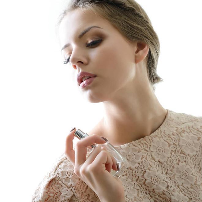 Xịt nước hoa thẳng lên mặt sẽ phá huỷ làn da của bạn thế nào?-1