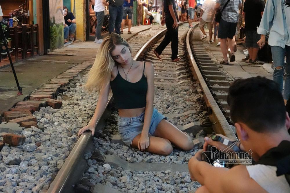 Hot girl Tây mê mải check in trước giờ cà phê đường tàu bị xóa sổ-9