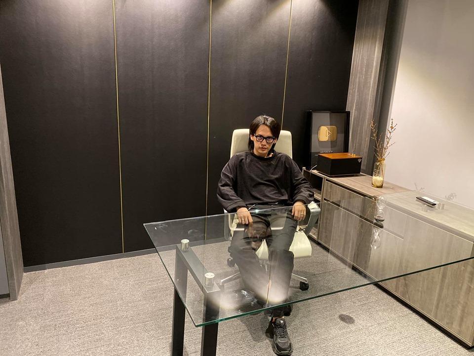 Selfie thân thiết cùng chủ tịch Sơn Tùng, Nguyễn Trần Trung Quân gầy rộc không nhận ra-4