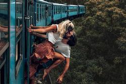 Khoe vòng 3, khỏa thân và những thú vui phản cảm khi đi du lịch