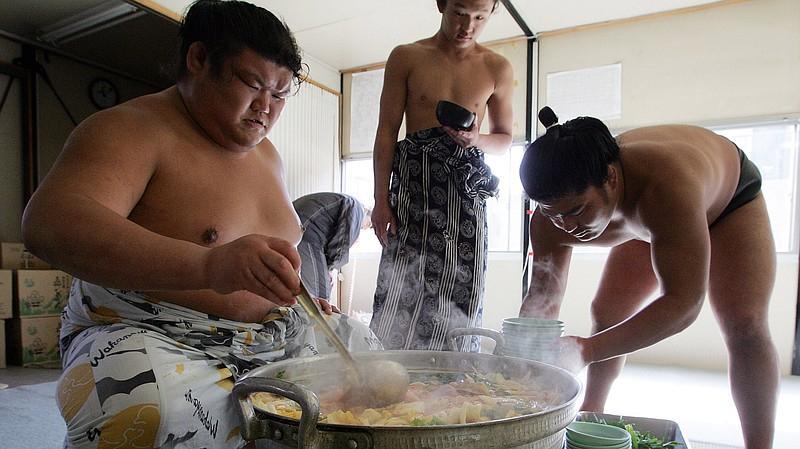 Món lẩu tốn hàng cân thịt dành cho võ sĩ sumo có gì đặc biệt?-3