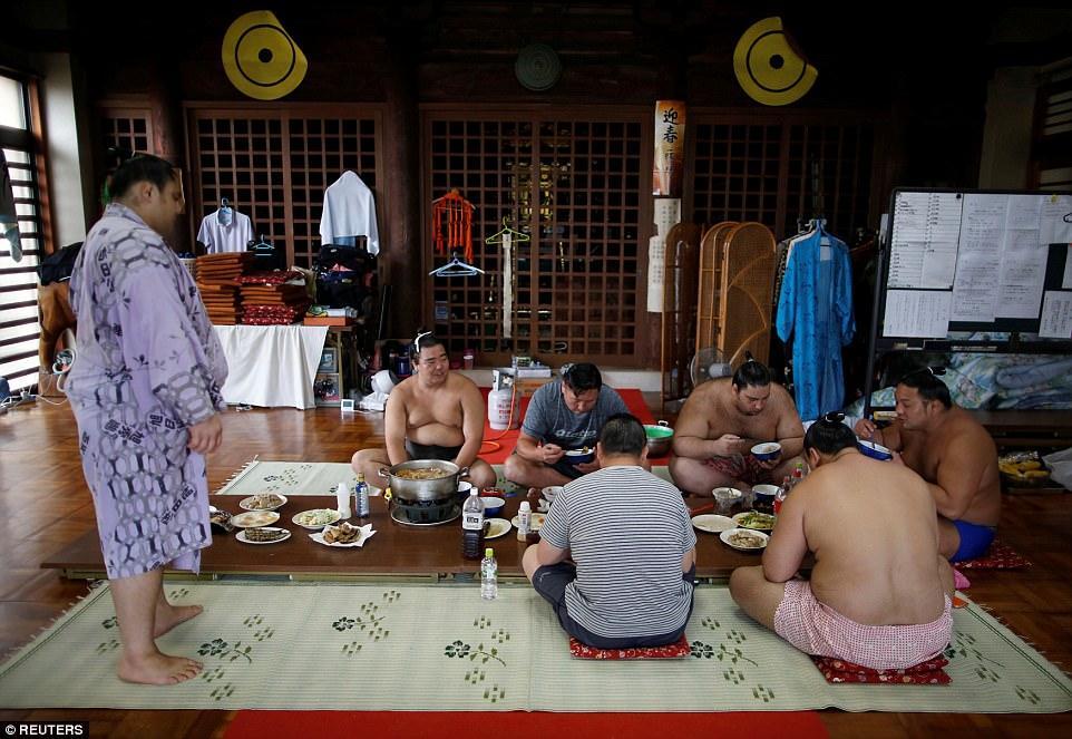 Món lẩu tốn hàng cân thịt dành cho võ sĩ sumo có gì đặc biệt?-4