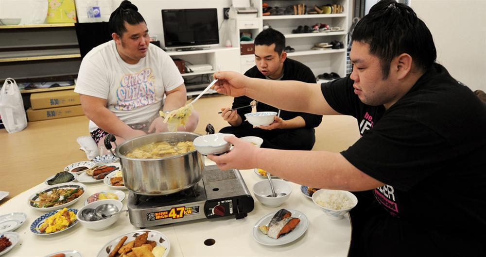 Món lẩu tốn hàng cân thịt dành cho võ sĩ sumo có gì đặc biệt?-6