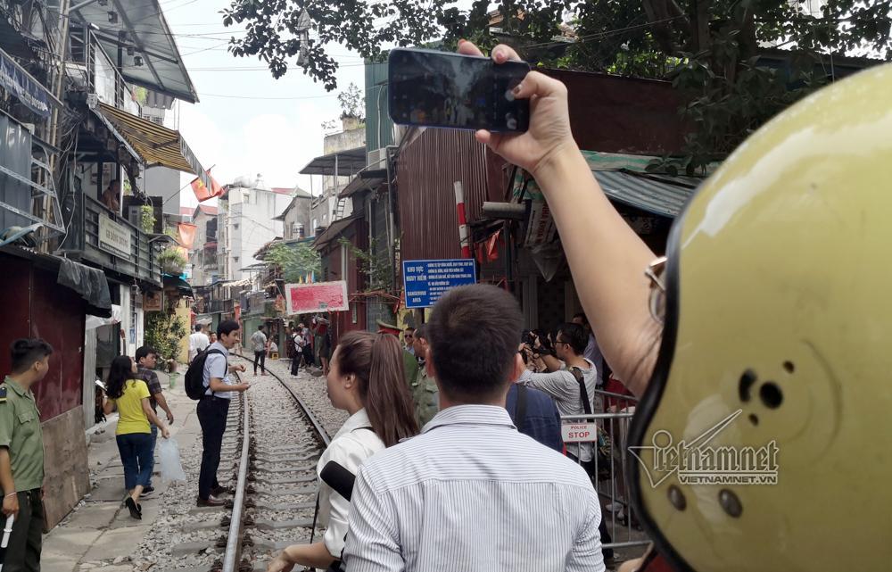 Cà phê đường tàu vắng hoe, chủ quán đóng cửa nằm dài selfie-14