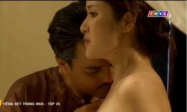 Vợ cũ Phan Thanh Bình bị tụt khăn, Hà Tăng suýt lộ ngực khi đóng cảnh tắm trong phim-3