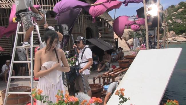 Vợ cũ Phan Thanh Bình bị tụt khăn, Hà Tăng suýt lộ ngực khi đóng cảnh tắm trong phim-5