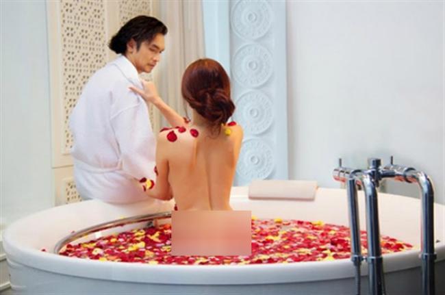 Vợ cũ Phan Thanh Bình bị tụt khăn, Hà Tăng suýt lộ ngực khi đóng cảnh tắm trong phim-10