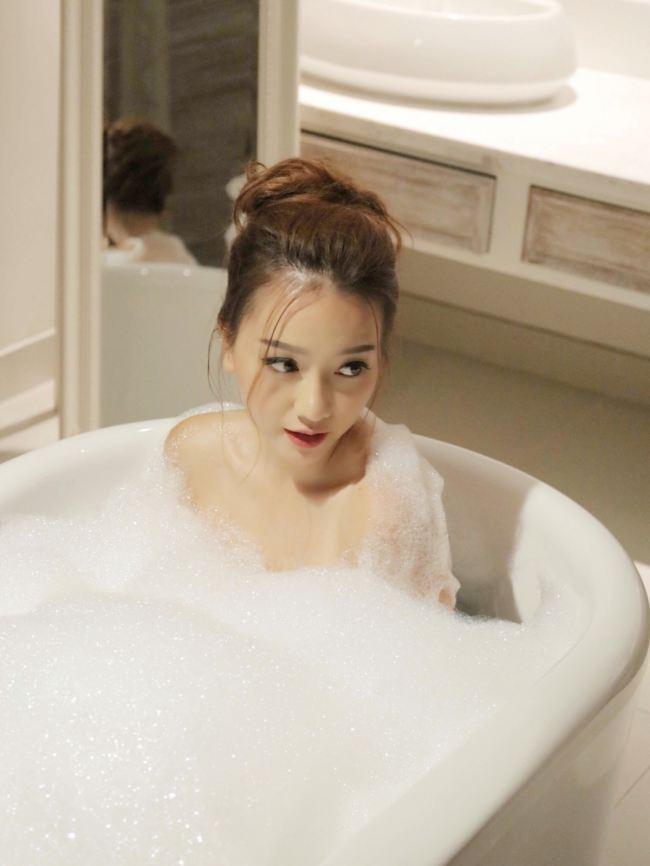 Vợ cũ Phan Thanh Bình bị tụt khăn, Hà Tăng suýt lộ ngực khi đóng cảnh tắm trong phim-16