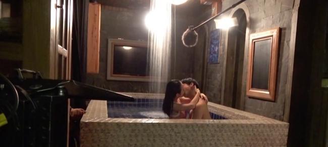 Vợ cũ Phan Thanh Bình bị tụt khăn, Hà Tăng suýt lộ ngực khi đóng cảnh tắm trong phim-18