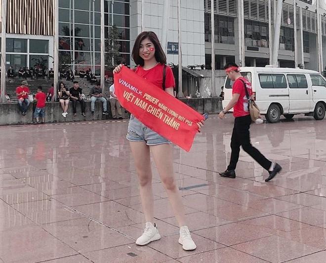 Em gái Văn Toàn tới sân trước 3 tiếng, dự đoán Việt Nam thắng 3-0-1