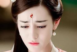 Địch Lệ Nhiệt Ba khóc trên truyền hình