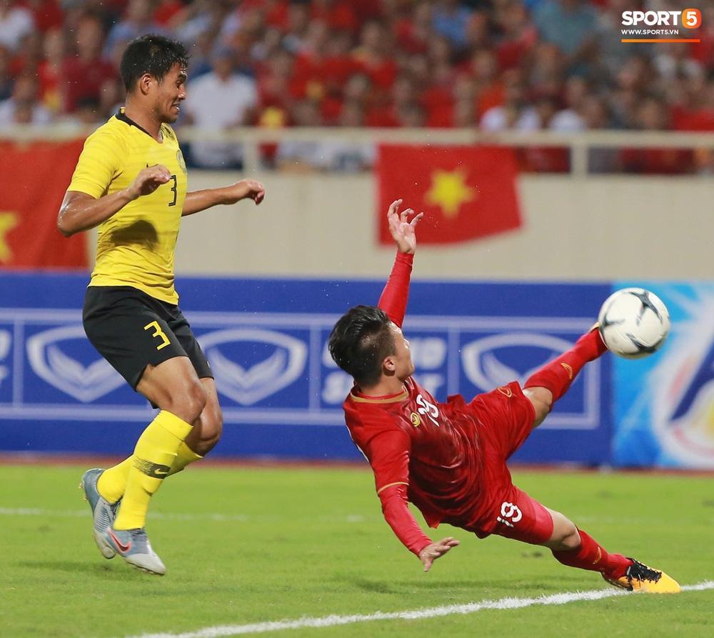Chọc thủng lưới Malaysia, khoảnh khắc ngả người sút bóng của Quang Hải được CĐV chia sẻ rầm rộ-2