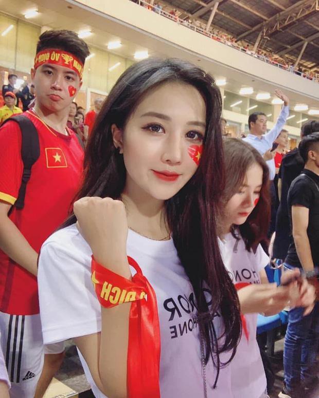 Dân mạng lùng sục bằng được info của gái xinh đứng trên khán đài trận Việt Nam - Malaysia-1