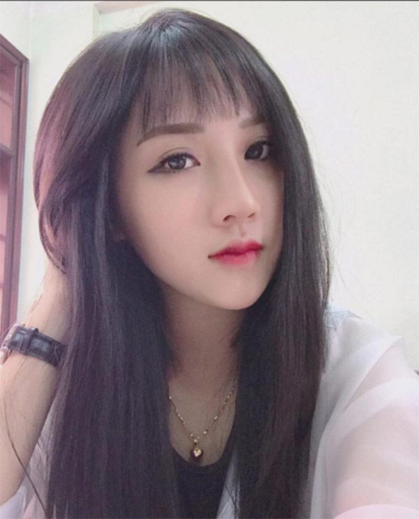 Dân mạng lùng sục bằng được info của gái xinh đứng trên khán đài trận Việt Nam - Malaysia-5