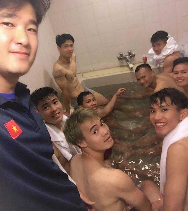 Hạ gục Malaysia, cầu thủ tuyển Việt Nam đốt cháy MXH bằng bức ảnh cởi trần tắm tập thể-1