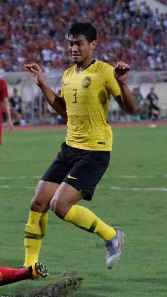 Lan truyền tư thế né cú sút được ví như điệu bộ quỷ sứ của trung vệ Malaysia-2
