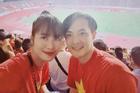 Đông Nhi tẽn tò khi nhanh tay viết nhầm World Cup thành SEA Games khi mặc áo đôi cổ vũ đội tuyển Việt Nam cùng Ông Cao Thắng