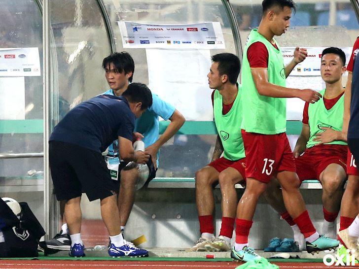 Không ngại va chạm, hình ảnh Tuấn Anh nén đau di chuyển khi đàn em ghi bàn làm triệu fans lo lắng-4