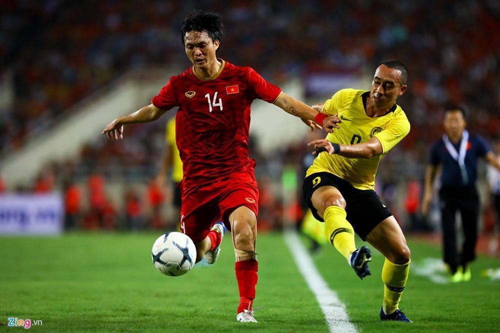 Không ngại va chạm, hình ảnh Tuấn Anh nén đau di chuyển khi đàn em ghi bàn làm triệu fans lo lắng-1