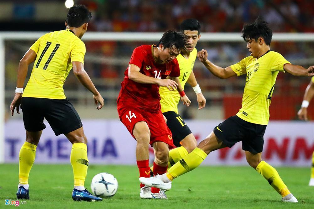 Không ngại va chạm, hình ảnh Tuấn Anh nén đau di chuyển khi đàn em ghi bàn làm triệu fans lo lắng-2
