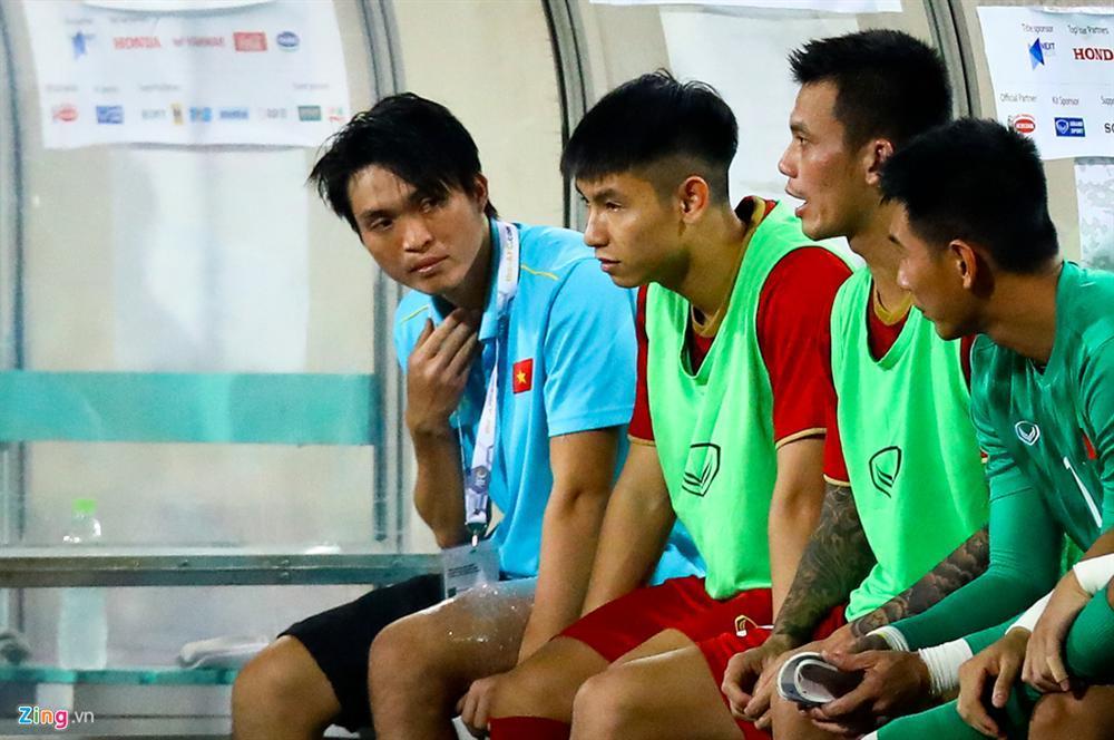Không ngại va chạm, hình ảnh Tuấn Anh nén đau di chuyển khi đàn em ghi bàn làm triệu fans lo lắng-6