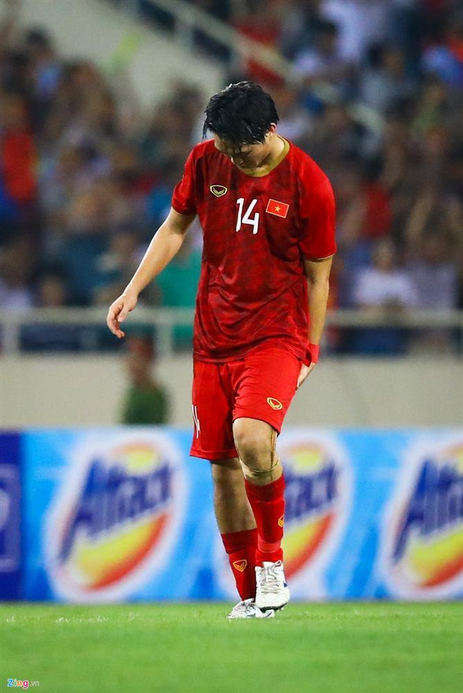 Không ngại va chạm, hình ảnh Tuấn Anh nén đau di chuyển khi đàn em ghi bàn làm triệu fans lo lắng-3