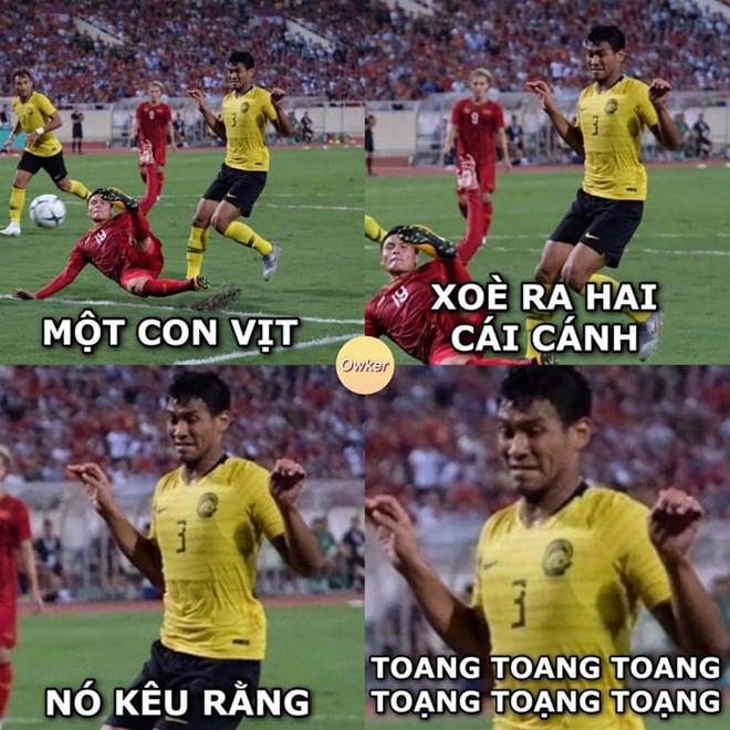 Cầu thủ Malaysia hóa meme của dân mạng sau điệu nhảy xòe cánh-8